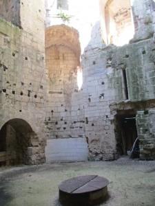 L'intérieur de la tour avec le puits.